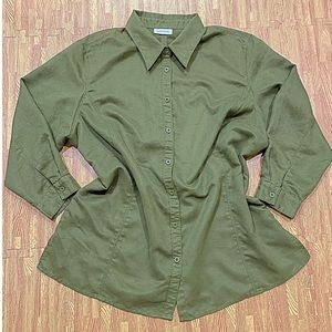 Avenue Versatile button down shirt in hunter green